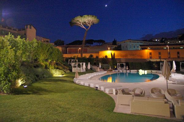 Illuminazione giardino con piscina design per la casa - Giardino con piscina esterna ...